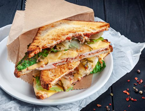 Sandwich con tocino y pollo cremoso al Grill